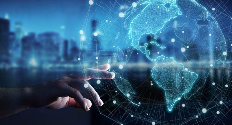 Mão tocando globo digital que simboliza um sistema ERP